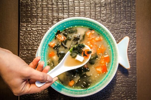 Sopa de comida chinesa em uma tigela bonita