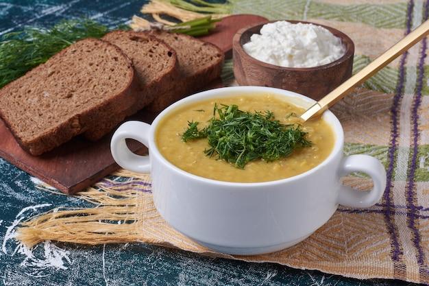 Sopa de creme com iogurte e pão.