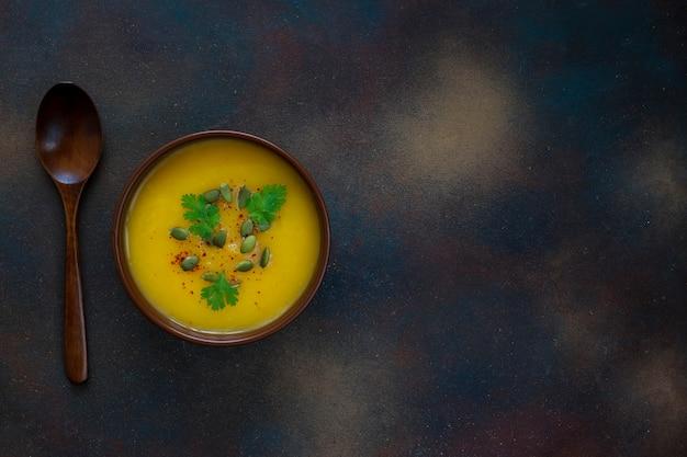 Sopa de creme de abóbora assada com sementes de abóbora