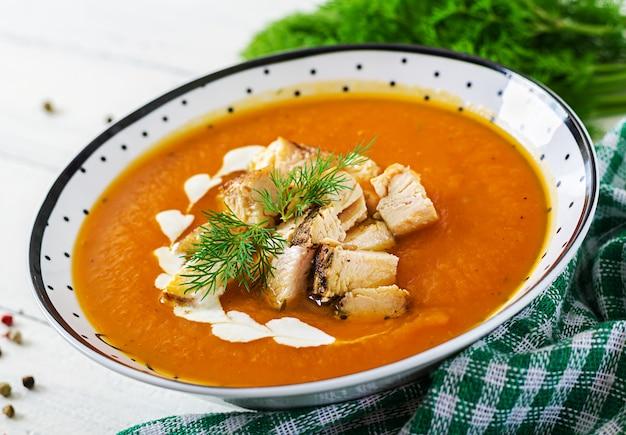 Sopa de creme de abóbora com pedaços de carne de frango. comida saudável. jantar.
