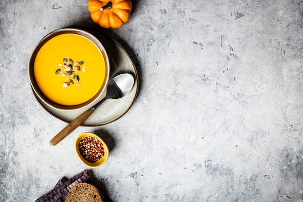Sopa de creme de abóbora de outono vegetariana com sementes