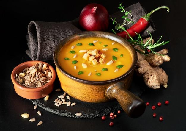 Sopa de creme de abóbora picante, servida em panela de cerâmica