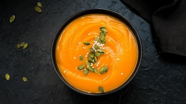Sopa de creme de abóbora vegetariana outono com sementes. vista do topo