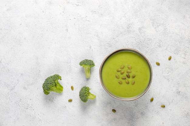 Sopa de creme de brócolis caseiro verde delicioso.