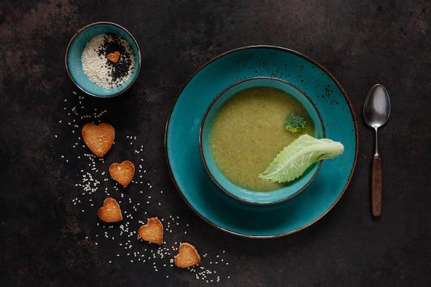 Sopa de creme de couve-flor e brócolis vegetariana com bolachas de forma de coração de sementes
