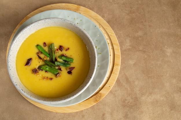 Sopa de creme de lentilha em uma tigela. espaço para texto