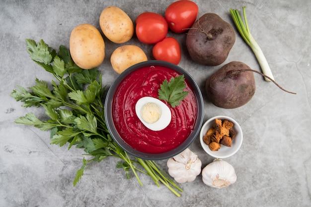 Sopa de creme de tomate caseiro e ovo vista superior