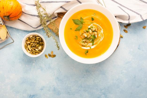 Sopa de creme gostoso de vista superior com sementes