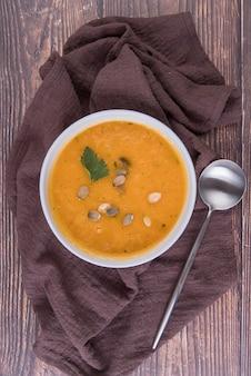 Sopa de creme quente com colher em pano de cozinha