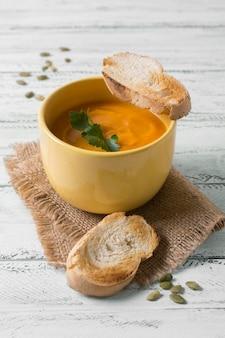 Sopa de creme saborosa de ângulo alto e pão