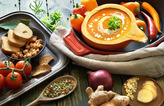 Sopa de creme vegetal picante temperada com pimenta e gengibre