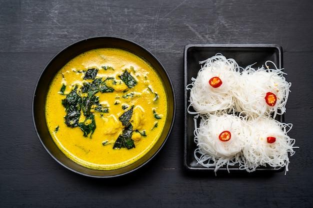 Sopa de curry tailandês com caranguejo e leite de coco