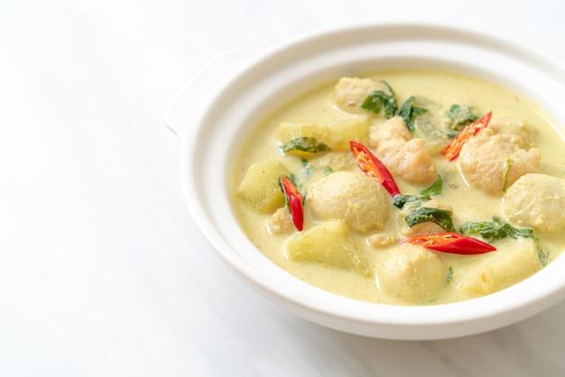Sopa de curry verde com carne de porco picada e almôndega na tigela, comida asiática
