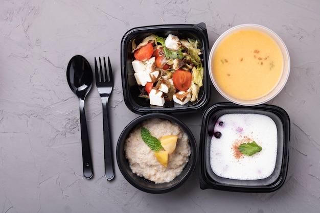 Sopa de ervilha, mingau, salada e garfo com colher