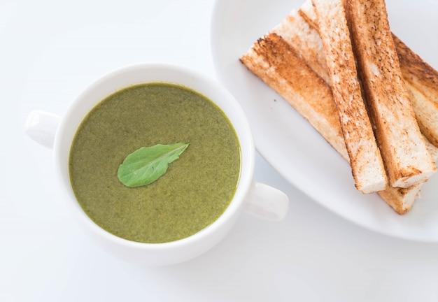 Sopa de espinafre com folhas de espinafre e pão