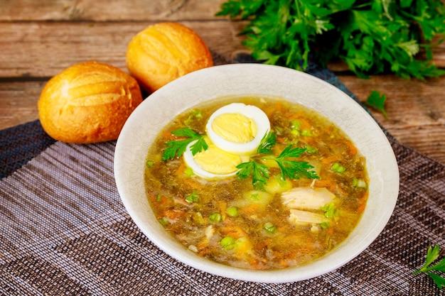 Sopa de espinafre com ovo e pãezinhos crocantes