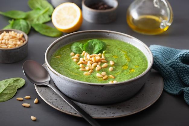 Sopa de espinafre cremoso verde couve-flor em cinza