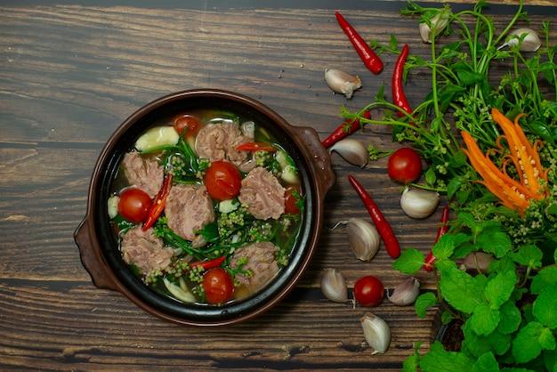 Sopa de espinafre e curry azedo de ceilão com carne de porco fermentada comida tailandesa do norte