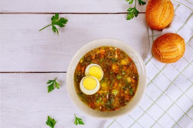 Sopa de espinafre saudável com ovo e pãezinhos crocantes