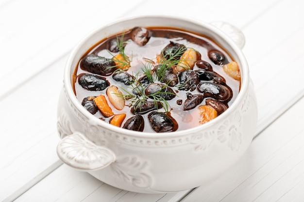 Sopa de feijão na tigela