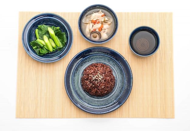 Sopa de frango e ervas, couve chinesa com arroz de berry