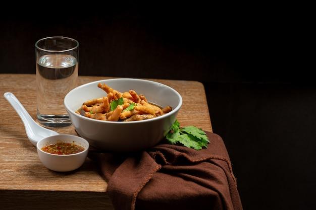 Sopa de frango estufada servida com molho picante de peixe