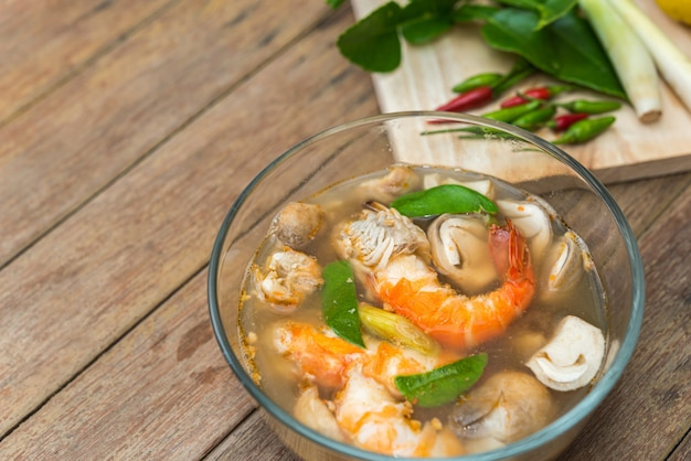 Sopa de frutos do mar agridoce (tom yum)