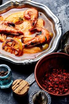 Sopa de frutos do mar com camarões e mexilhões