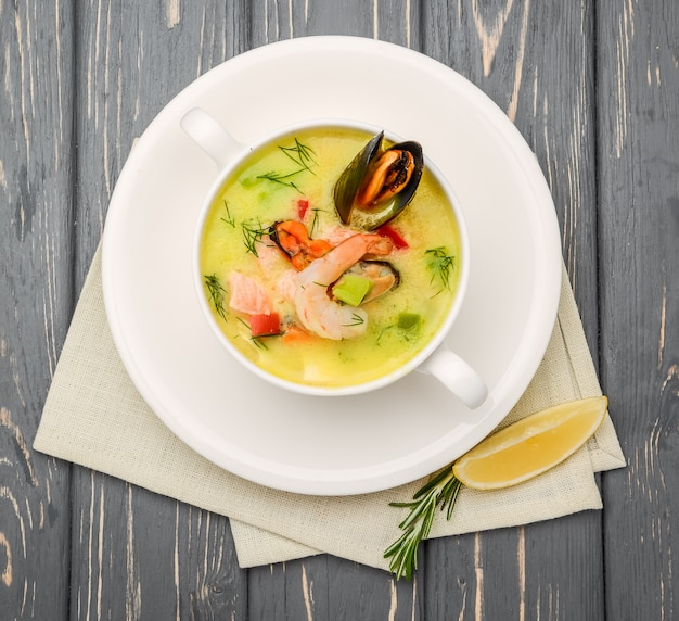 Sopa de frutos do mar, em uma mesa de madeira, com camarão