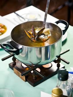Sopa de frutos do mar em uma panela