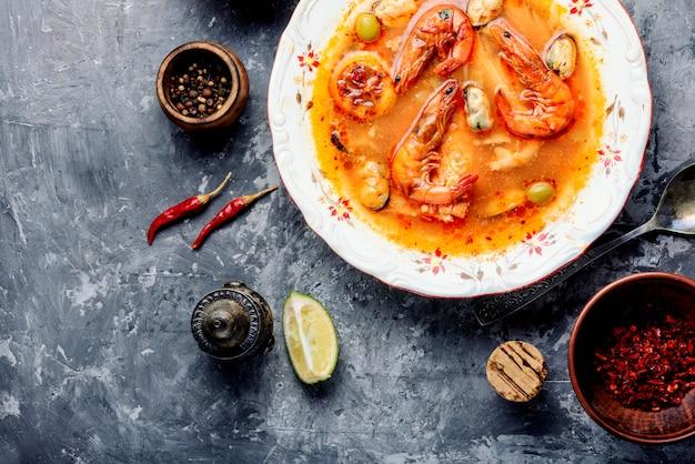 Sopa de frutos do mar frescos