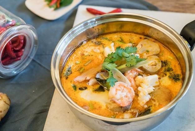 Sopa de frutos do mar ou tom yum seafood