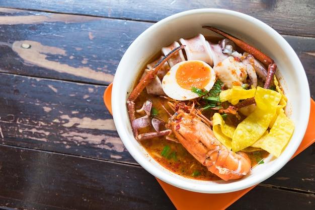Sopa de frutos do mar picante tradicional