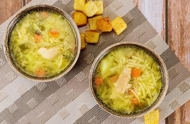 Sopa de galinha com macarrão, batata e ervas