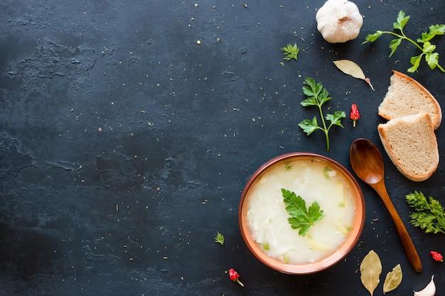 Sopa de galinha com macarrão, salsa, endro, especiarias e pão