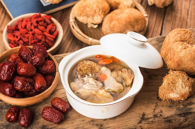 Sopa de galinha cozida com cozinha chinesa hericium erinaceus