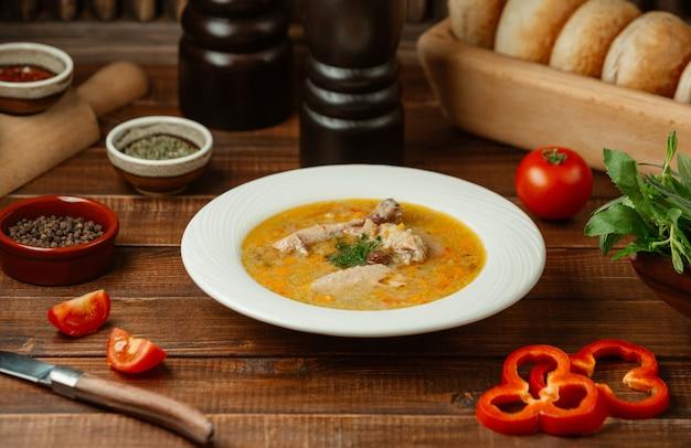 Sopa de galinha em molho de tomate e caldo com pimentão vermelho