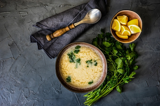 Sopa de galinha georgiana tradicional