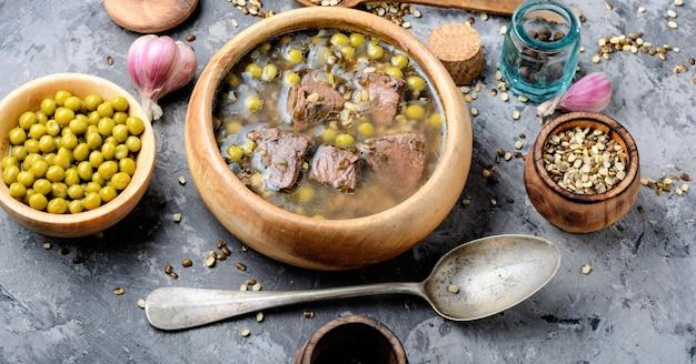 Sopa de galinha tradicional peruana