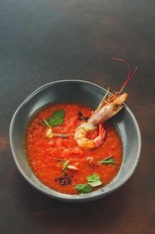 Sopa de gaspacho com porção de camarão (sopa vermelha). fundo de alimentos. copie o espaço