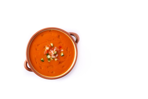 Sopa de gaspacho em panela elétrica isolada