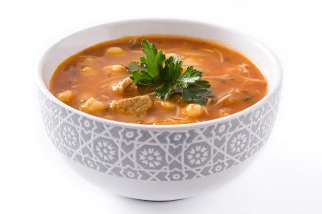 Sopa de harira na bacia isolada no alimento marroquino típico branco.