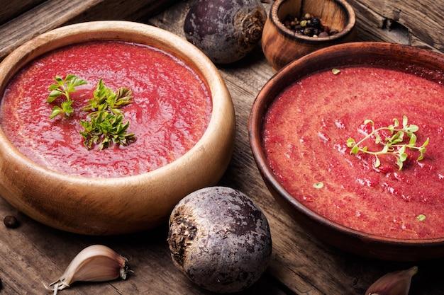Sopa de legumes com beterraba