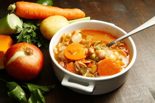 Sopa de legumes com ingredientes frescos