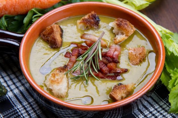 Sopa de legumes com legumes frescos
