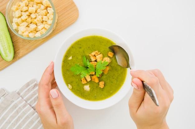 Sopa de legumes com pão ralado e salsa