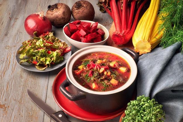 Sopa de legumes com raiz de beterraba e folhas frescas