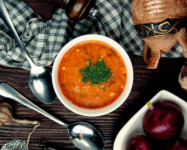 Sopa de legumes em caldo de galinha polvilhado com ervas
