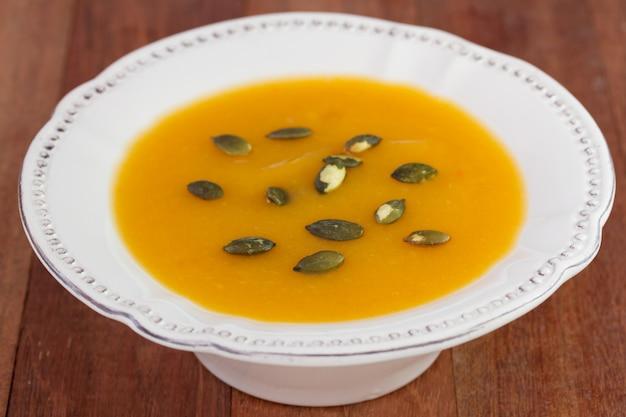 Sopa de legumes em chapa branca