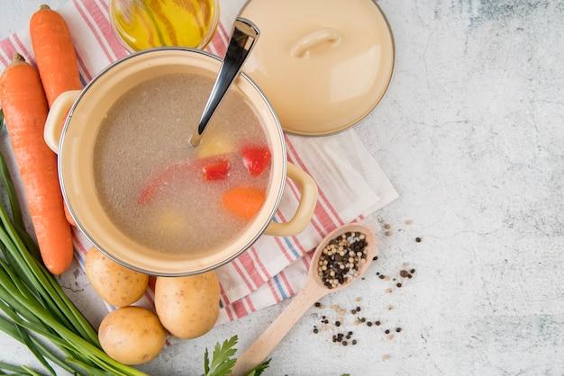 Sopa de legumes em panela e ingredientes naturais